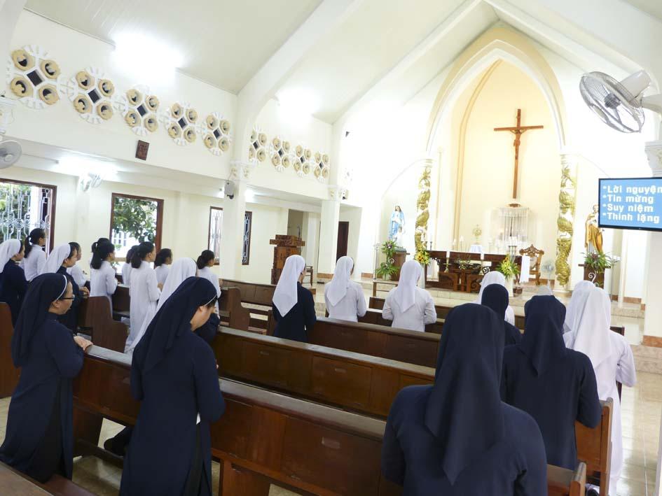 Các nữ tu Khiết Tâm Đức Mẹ Chầu Thánh Thể